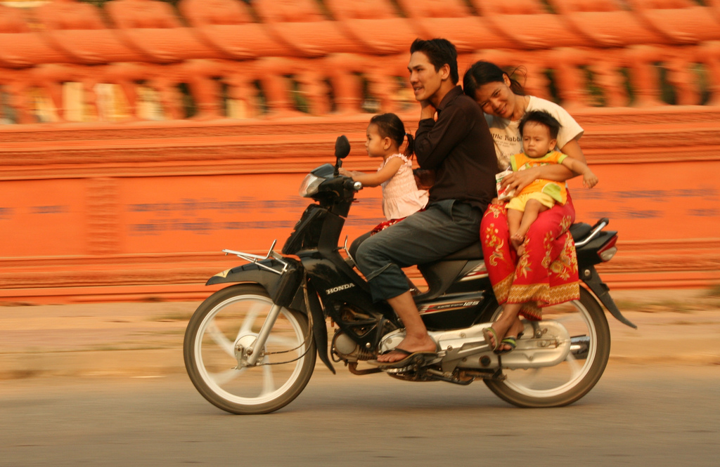 En familie på tur i byen Battambang. Foto: John EInar Sandvand
