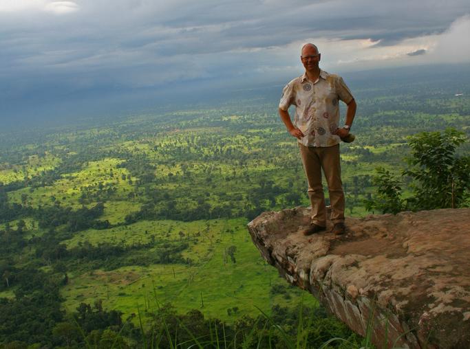 John Einar Sandvand på et utsiktspunkt over Anlong Veng, Røde Khmers siste bastion in Kambodsja.