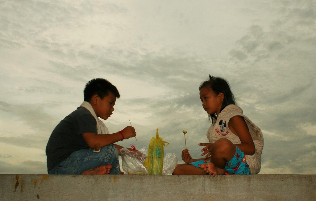 To barn koser seg på Olympic Stadion i Phnom Penh. Foto: John Einar Sandvand