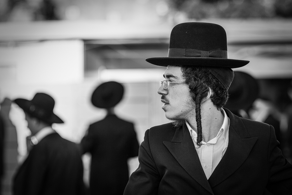 An ortodox Jew taking a break from prayer next to the Western wall in Jerusalem. Photo: John Einar Sandvand