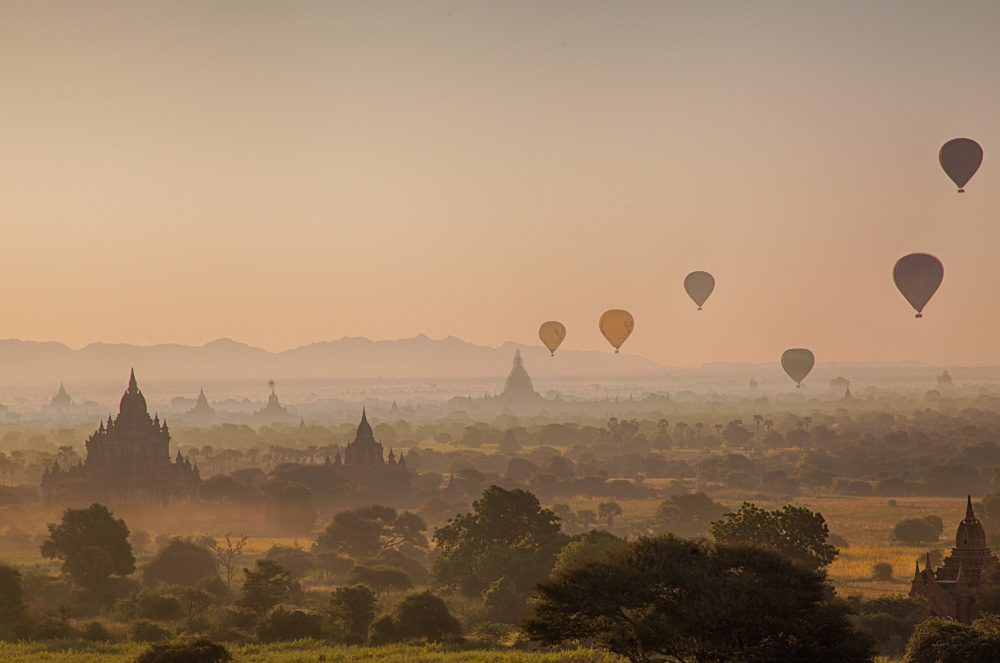 Each morning about twenty balloons bring tourists up in the air for a spectacular view of the Bagan temples. But the price is stiff: More than 300 dollars. Photo: John Einar Sandvand