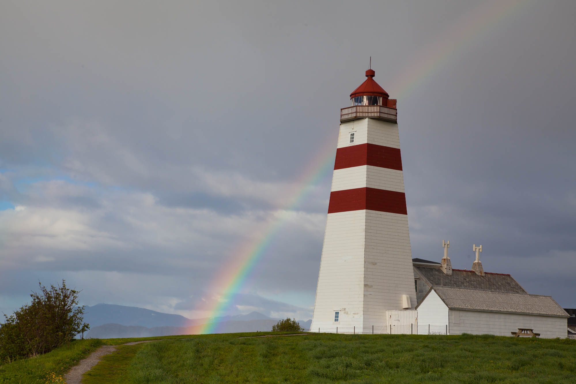 Rainbow over the lighthouse. Photo: John Einar Sandvand